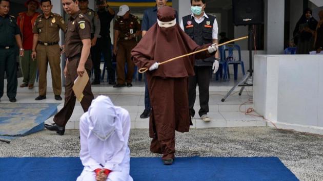 Şeriat kurallarıyla yönetilen Endonezya Açe'de kadın kırbaç ekibi kuruldu