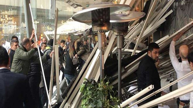 Zorlu Center'da kafenin çatısı çöktü: Yaralılar var