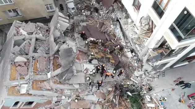 İstanbul Bahçelievler'de bir bina çöktü!