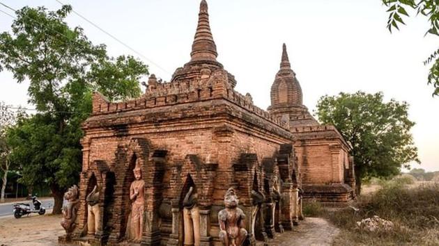 Tapınak önünde yetişkin filmi çeken çifte tepki