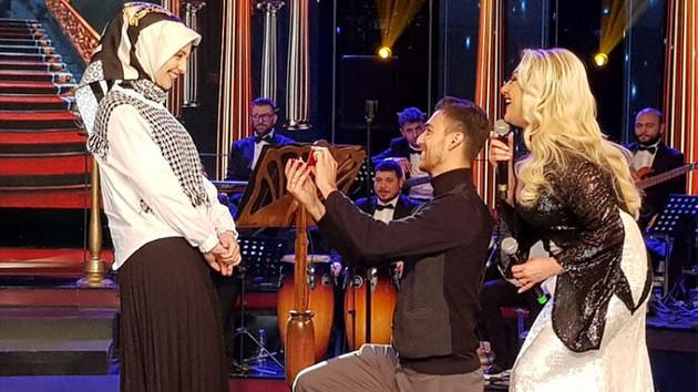 Canlı yayınında evlilik teklifi