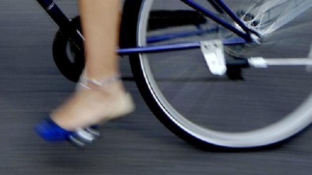 Çıplak bisikletçiye üstünü giy uyarısı