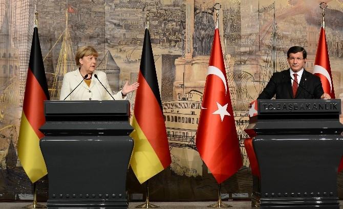 Davutoğlu ve Merkel uçağı konuştu