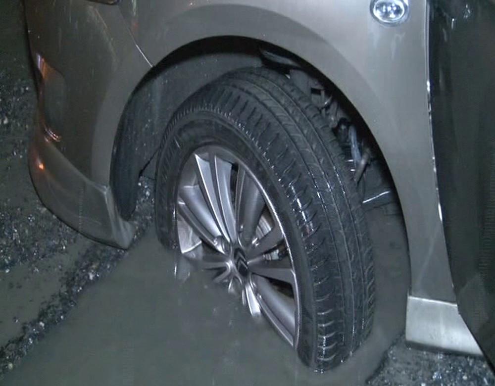İstanbul Yenibosna'da araçlar belediyenin kapatmadığı çukura düştü