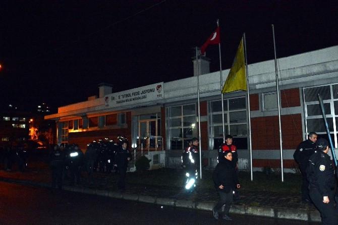 Trabzonspor taraftarı TFF binasını taşladı