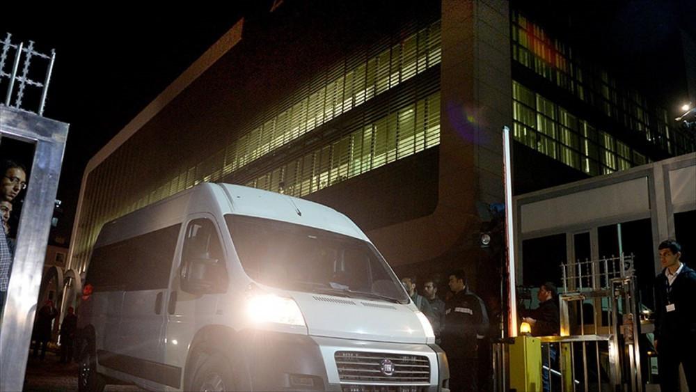 Kayyumlar polis eşliğinde Zaman binasına girdi