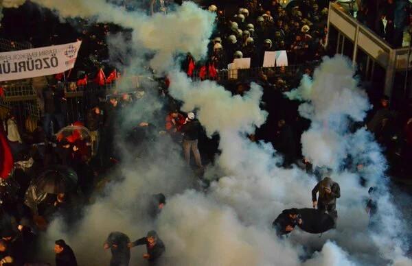 Polis, Zaman Gazetesi önündeki kalabalığa müdahale etti