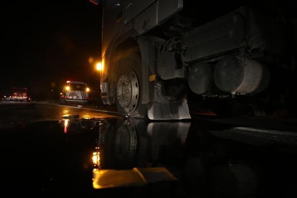 Vali korumaları, sürücüsünün 'Yol vermediği' TIR'a ateş açtı
