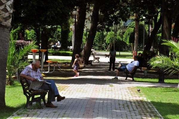 Adana'da hava sıcaklığı güneşte 45 dereceye ulaştı