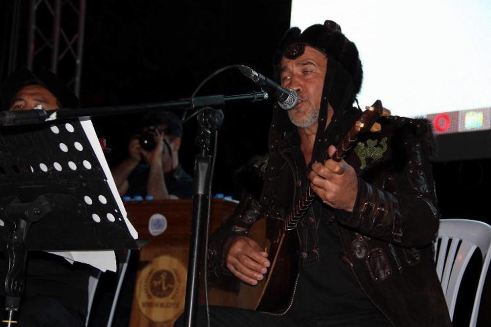 Dombra şarkısının sahibi Arslanbek Sultanbekov demokrasi nöbetinde