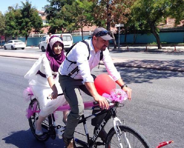 Nikaha, gelin arabası yerine gelin bisikleti ile gittiler
