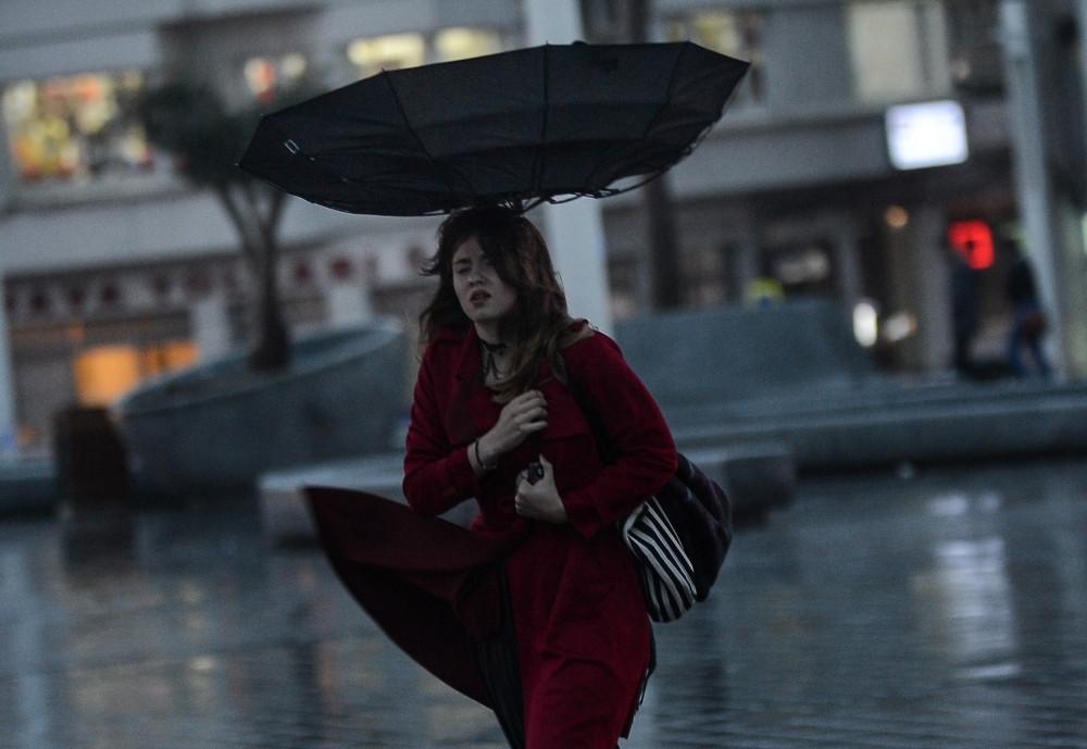 Taksim'de rüzgar zor anlar yaşattı