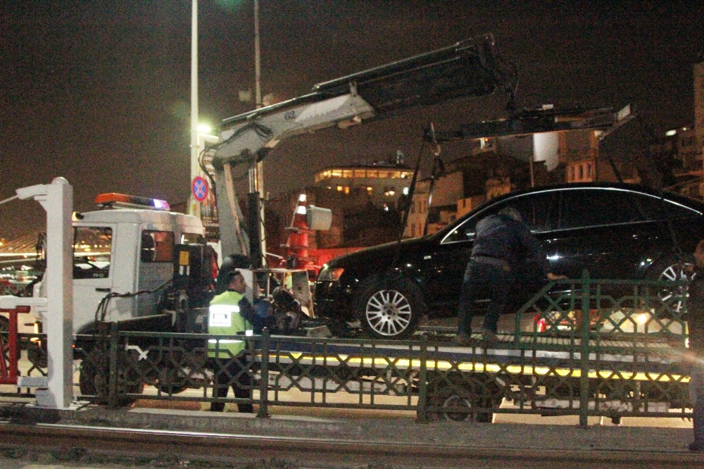 Tramvay yoluna dalan otomobil dehşet saçtı