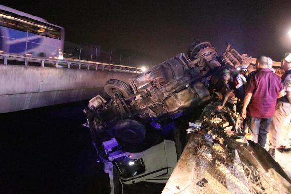 Son dakika: TEM otoyolunda kaza! TIR köprüde asılı kaldı