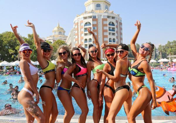 Antalya'da turistleri coşturan havuz partisi