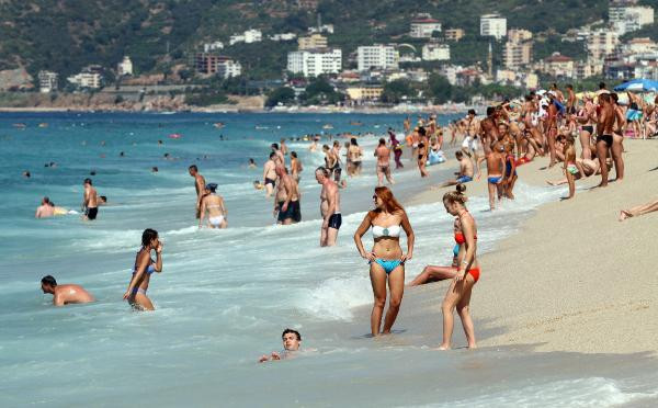 Antalya'da plajlar turistlere kaldı