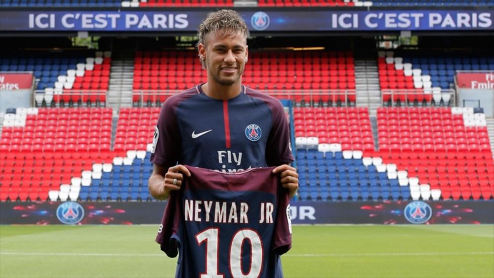 Neymar'ın 10 numaralı yeni forması uzun kuyruklar oluşurturdu