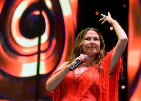 Nilüfer Adana konserinde hayranlarını coşturdu
