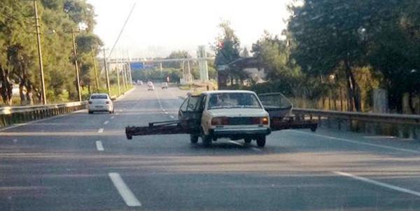 Trafikte şaşırtan görüntü! Otomobilin arka kapılarını açıp 6 metrelik demir parçasını taşıdı