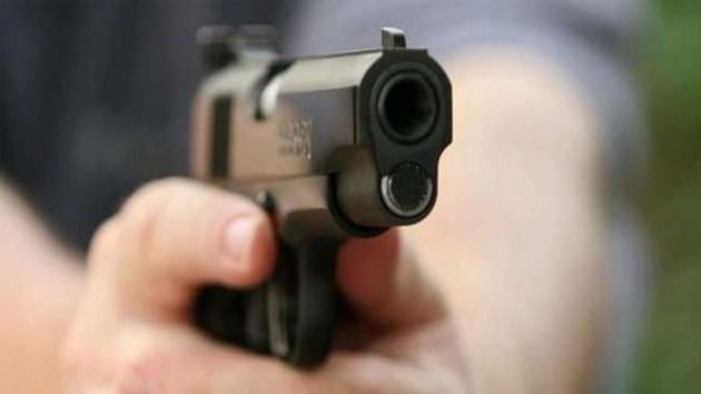 Evi terk eden karısının başına silah dayadı