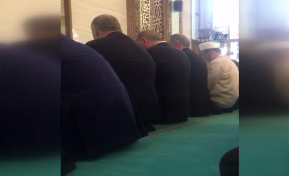 Erdoğan Hulusi Akar camisinde Kur'an okudu
