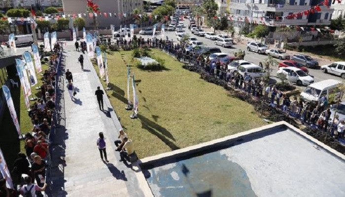 Antalya'da Yılmaz Özdil'e kitap imzalatma kuyruğu