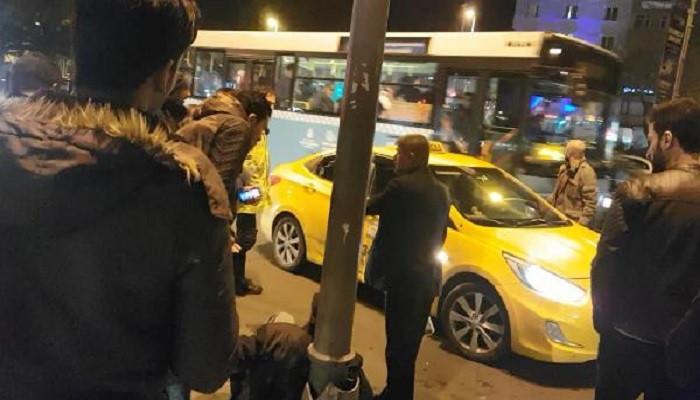 Taksi sürücüsü turist müşterisini darp etti