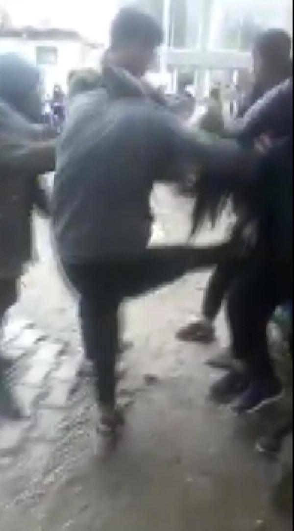 Liseli kızlar tekme tokat kavga etti, kimse ayıramadı