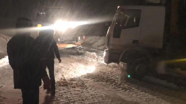 Bayburt ve Gümüşhane'de yağan kar hayatı felç etti, okullar tatil edildi