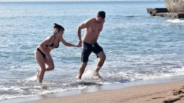 Antalya'da güneşi gören turistler denize girdi