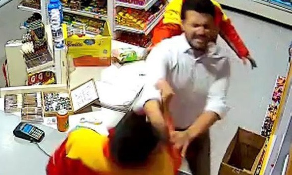 Cips fiyatını fazla bulunca market görevlisine saldırdı