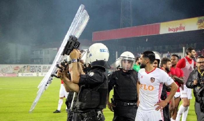 Bolu'da maç sonu olaylar çıktı: Çok sayıda taraftar yaralandı