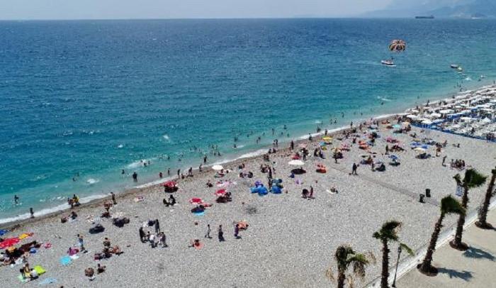 Antalya'da sahiller ağzına kadar dolu