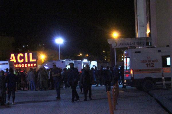 Son dakika: Hakkari'de askeri konvoya hain saldırı: 4 yaralı