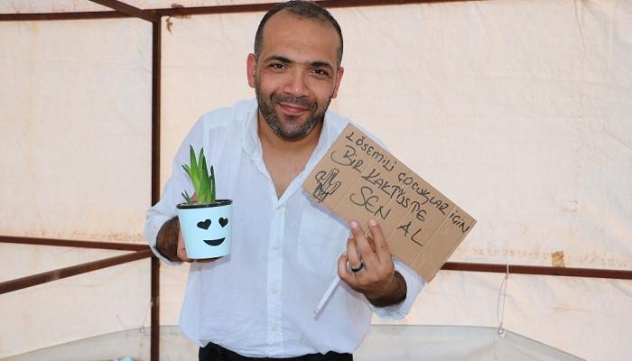 Hatay'da bir grup gönüllü, lösemili hastalar yararına kaktüs satıyor