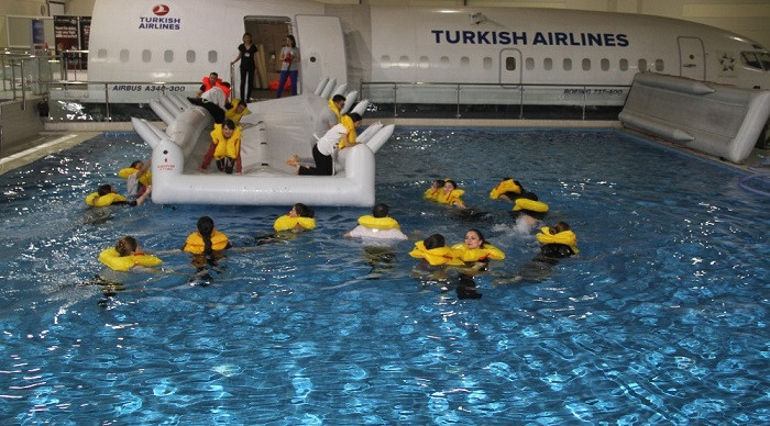 THY Kabin memurlarına uçak denize inerse eğitimi
