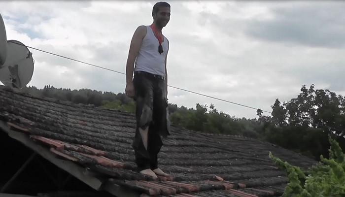 İşkencelerle canından bezen damat çatıya çıktı