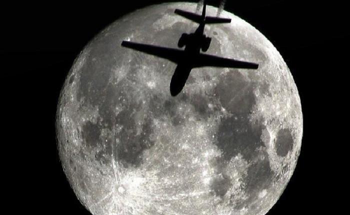 Yolcu uçağı ile dolunayın dansı olay oldu