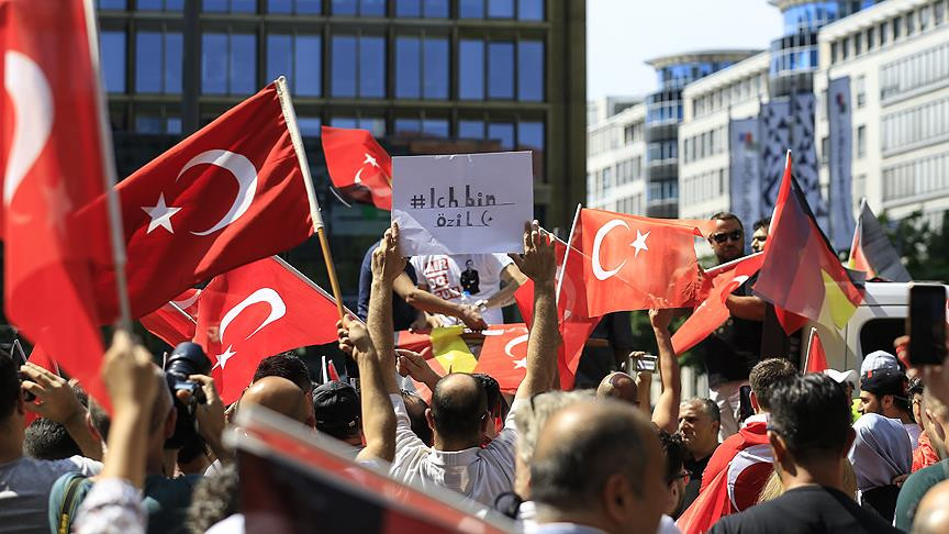 Almanya'da ırkçılığa inat Ben Özil'im protestosu