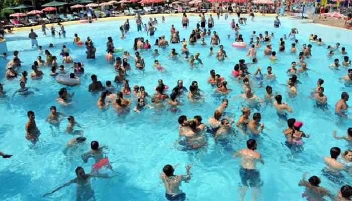 Antalya'da tatilciler sahillere ve su parklarına akın etti