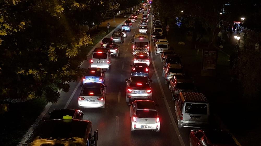 Tatilden dönüşler başladı, İstanbul yolu kilitlendi