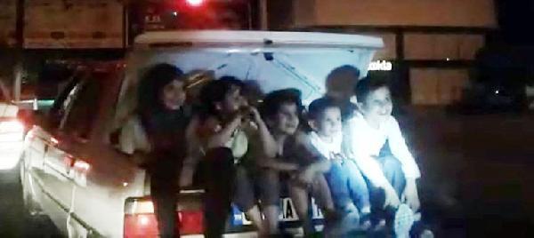 Arabanın bagajında 5 çocuk: Görenler şaşkına döndü