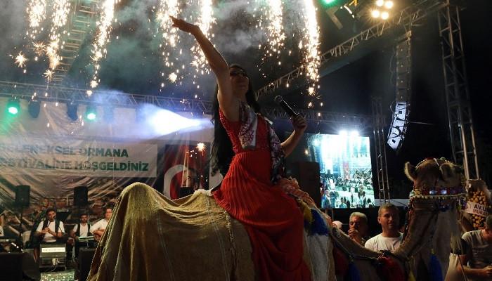Sahneye deveyle geldi, herkesi coşturdu! Ayşe Dinçer festivale damga vurdu