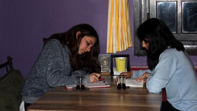 Kafede kimsesizlere ev, öğrencilere ders çalışma ortamı