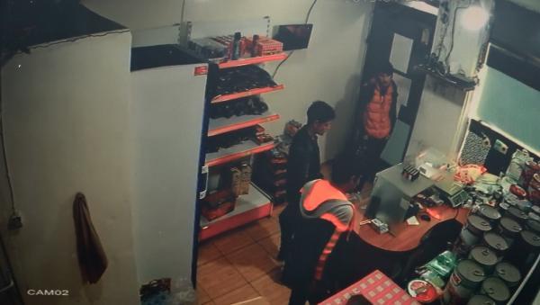 Sultangazi'de dehşet anları! Afgan uyruklu kişinin marketini bastılar