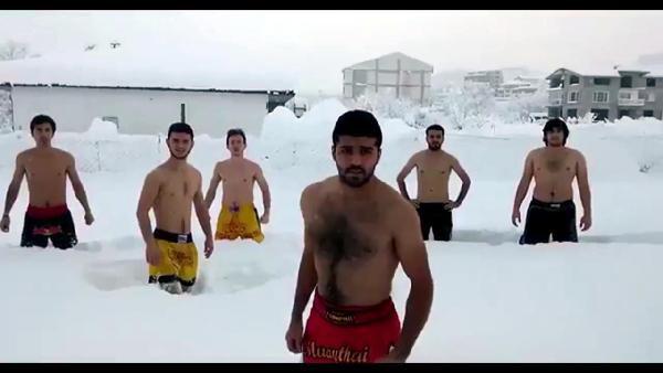 2.5 metre karı gören üniversiteliler soyundu