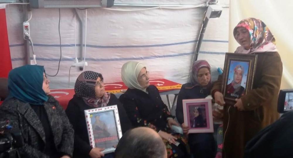 Emine Erdoğan HDP önündeki aileleri ziyaret etti