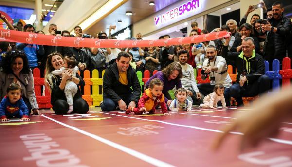 Bebeklerin emekleme yarışı çilesi