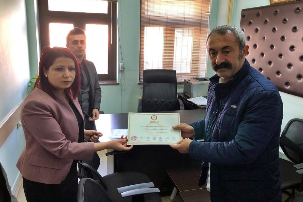 Komünist Başkan Maçoğlu mazbatasını aldı