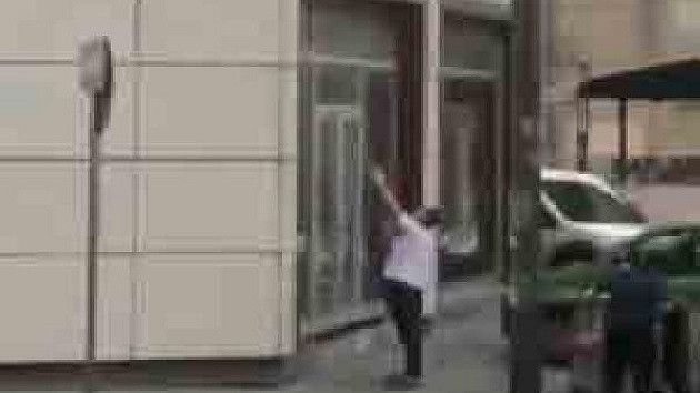 İkinci kattan düşen kediyi havada yakaladı
